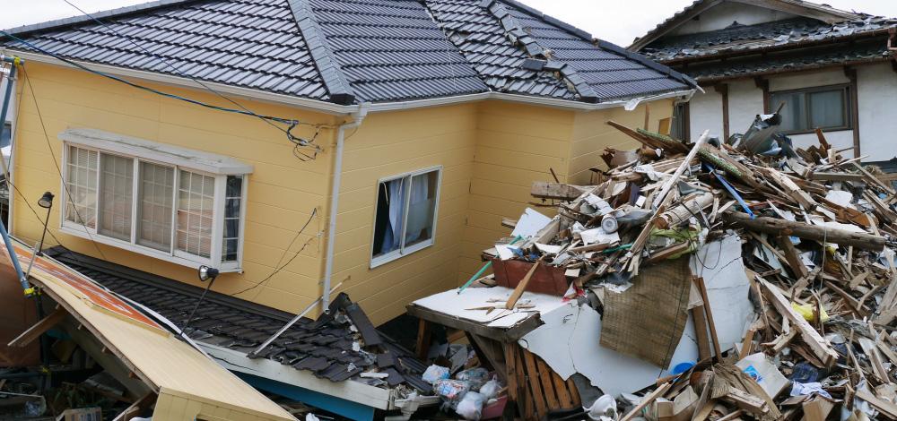 2階の重みに耐えきれずに倒れてしまった1階の家